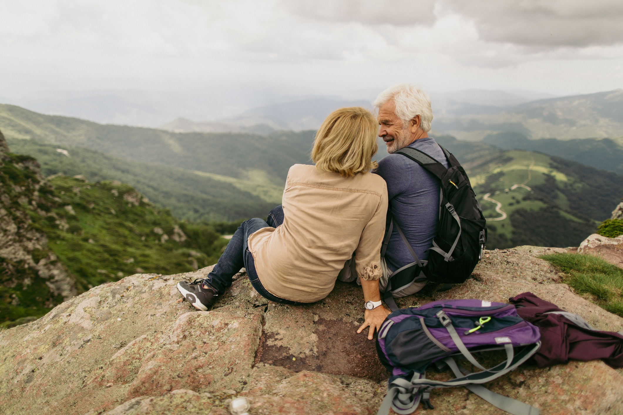 older-couple-sitting-mountain