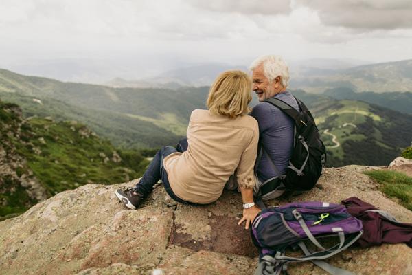 older-couple-sitting-mountain
