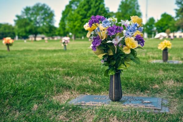 cemetery-marker-with-flower-vase
