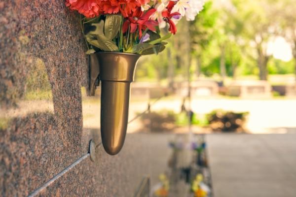 flower-vase-on-mausoleum